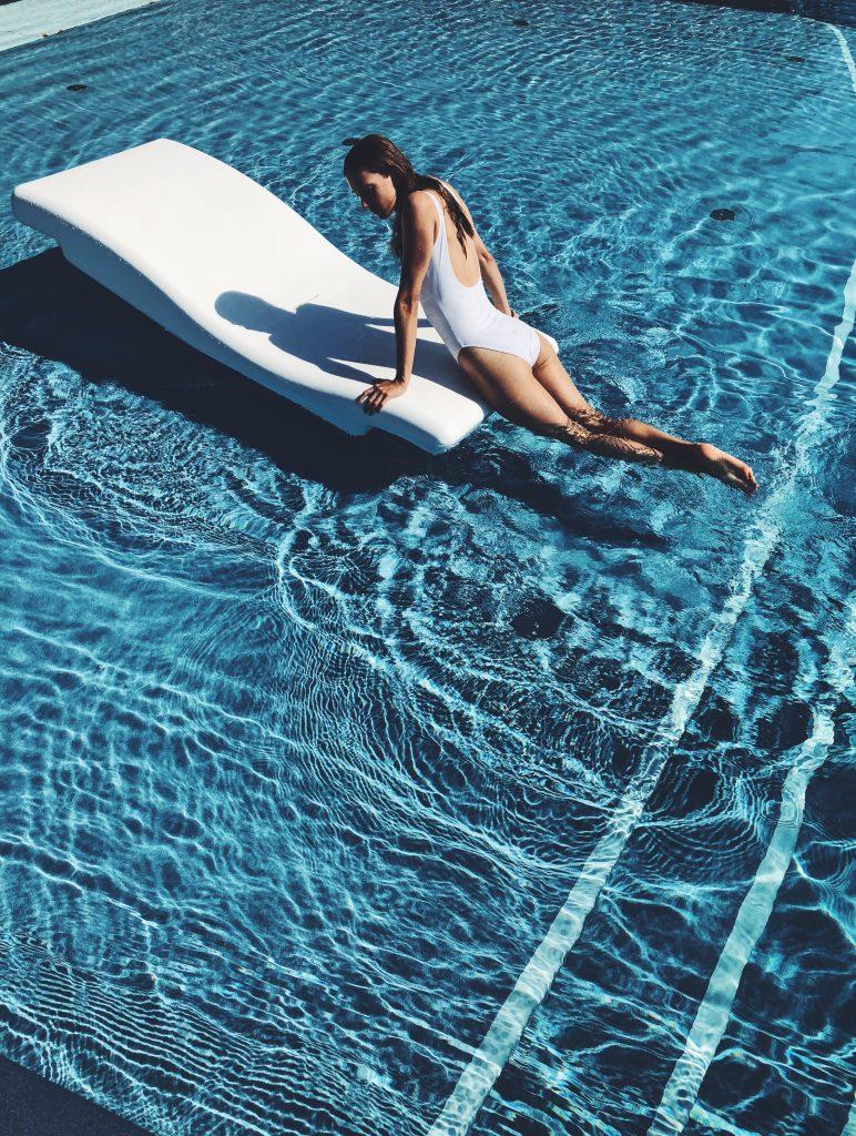 Mujer en vacaciones de lujo