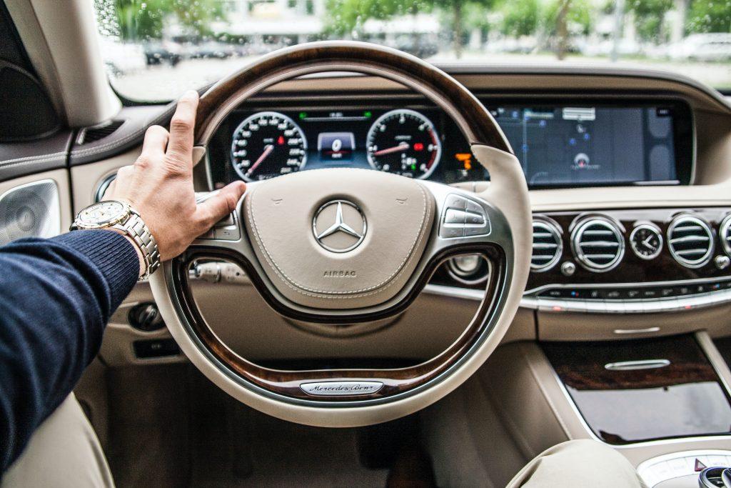 Hombre conduciendo coche Mercedes-Benz