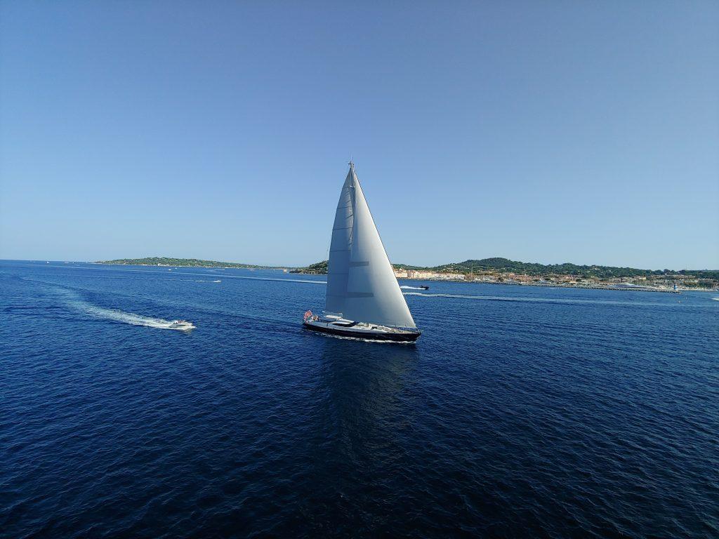 Velero de lujo navegando