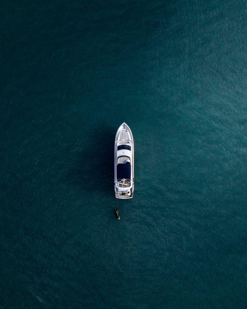Yate de lujo navegando