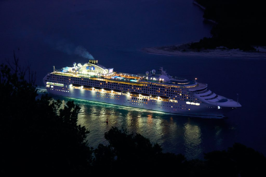 Crucero navegando de noche